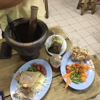 Photo taken at ส้มตำเจ๊ต่าย by Rainieee on 9/4/2016