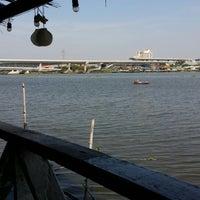 Photo taken at ครัวปู่ย่าตายาย ริมเจ้าพระยา by Sup-Hot T. on 12/25/2014