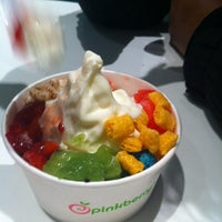 Photo taken at Pinkberry by Carloz W. on 8/5/2012