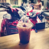 Photo taken at Phúc Long Coffee & Tea Express Mac Thi Buoi by 🐷Heo Lười🐷 on 5/25/2012