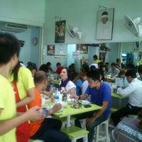 Photo taken at KHO Khao Man Gai by Sarayoot S. on 2/9/2012