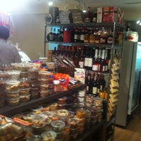Photo taken at Koisas de Minas Delicatessen by Valeria C. on 7/26/2012