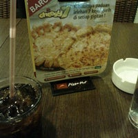 Photo taken at Pizza Hut by Ukung on 12/30/2011