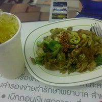 Photo taken at Food Court ชั้น 1 อาคาร B by David Tawan T. on 9/19/2011