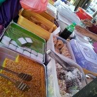 Photo taken at nasi lemak kak nor by Iqbal S. on 11/26/2011