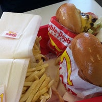Photo taken at In-N-Out Burger by anzu on 11/23/2011