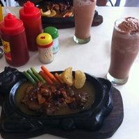 Photo taken at Waroeng Steak & Shake by Kevyn C. on 11/5/2011