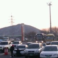 Photo taken at Cheonan-Samgeori Service Area - Seoul-bound by Jung Ho L. on 12/29/2011