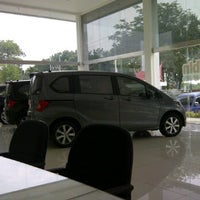 Photo taken at Honda Arista Sudirman by TAGOR MARADONY S. on 9/25/2011