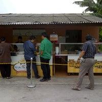 Photo taken at Makcik Ina Karipap by Mohd M. on 9/30/2011