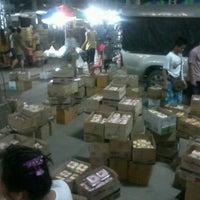 Photo taken at ชมรมผู้ค้าส่งขนมหวาน ตลาดกลางคืน by Man P. on 6/3/2012