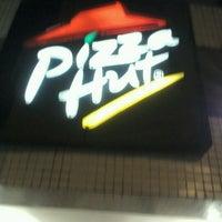 Photo taken at Pizza Hut by Orivaldo S. on 11/14/2011