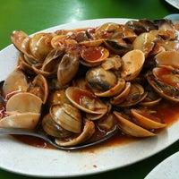 Photo taken at Rasa Rasa Muslim Thai Seafood Restaurant by ♥Kitty-Kathy™ on 2/14/2012