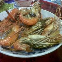 Photo taken at ทะเลริมทาง Seafood by Suchera W. on 11/20/2011