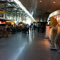 Photo taken at Aeroporto de Lisboa - Chegadas / Arrivals by Gabriella on 9/13/2012