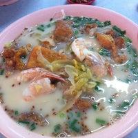 Photo taken at 家乡鱼头 Kelapa Ikan Kampong by YyOng on 6/28/2012