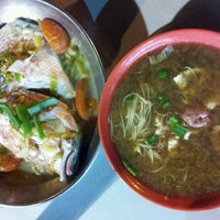 Photo taken at Seng Kee Black Herbal Chicken Soup by Gie on 11/11/2011