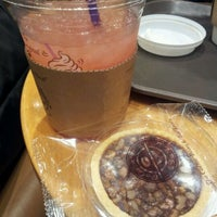 Photo taken at The Coffee Bean & Tea Leaf by Yonjoo L. on 11/15/2011