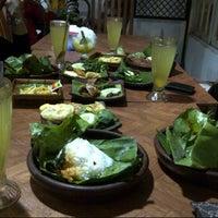 Photo taken at Pondok Jowi Spesial Nasi Bakar by Diyan on 8/23/2012