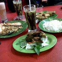 Photo taken at Pondok Ikan & Ayam Bakar Cak Irul 77 by Iwan I. on 10/15/2011