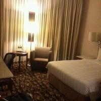 Photo taken at Holiday Inn Singapore Atrium by Ed G. on 8/8/2012