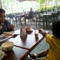 Photo taken at The Coffee Bean & Tea Leaf by Nur A. on 3/24/2012
