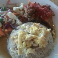 Photo taken at Restoran Anjung Merah by Hisa S. on 10/13/2011