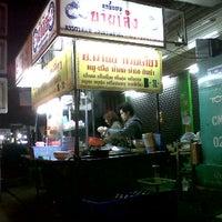 Photo taken at ก๋วยเตี๋ยวนำชัย ตลาดต้นพยอม by maythus m. on 12/11/2011