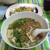 Photo taken at คุณแดงก๋วยจั๊บญวน by pueng . on 3/19/2012