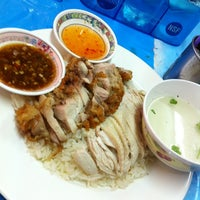Photo taken at ข้าวมันไก่ จิวแป๊ะทง by Patty T. on 3/25/2012