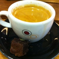Photo taken at Café do Ponto by Flavio J. on 5/9/2012