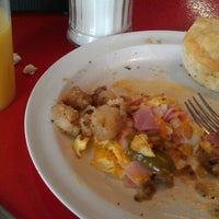Photo taken at Donut Dinette by Mathew R. on 8/11/2012