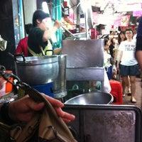 Photo taken at โจ๊กราชวงศ์ by Ammie on 5/28/2012