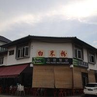 Photo taken at You Huak Restaurant (Sembawang White Beehoon 三巴旺白米粉) by Teddy T. on 5/15/2012