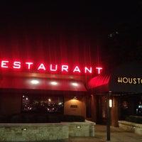 Photo taken at Houston's Restaurant by Melissa L. on 5/20/2012