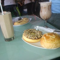 Photo taken at D'Lounge Cafe & Resto by Fathoni A. on 8/25/2012