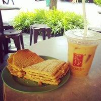 Photo taken at Ya Kun Kaya Toast 亞坤 by Toddy C. on 7/24/2012