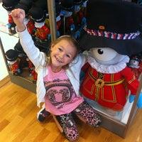 Das Foto wurde bei London 2012 Shop von Kellie am 8/3/2012 aufgenommen
