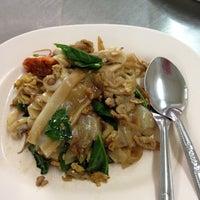 Photo taken at ไอ้หนูยอดผัก by Leely H. on 6/1/2012