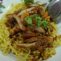 Photo taken at ก๋วยเตี๋ยวต้มยำ ชามใหญ่ by กวาง ไ. on 3/12/2012