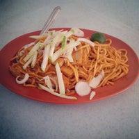 Photo taken at Tanjung Mee Goreng 顺兴茶餐室 by khee h. on 9/4/2012