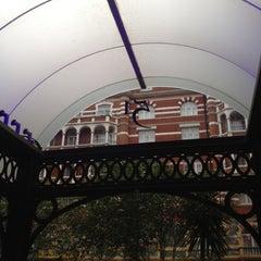 Photo taken at Taj  51 Buckingham Gate Suites & Residences by Emre on 7/2/2012