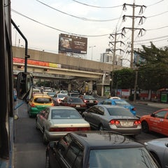 Photo taken at แยกรัชดา-ลาดพร้าว (Ratchada-Lat Phrao Intersection) by Por S. on 3/14/2012