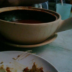 Photo taken at Asam Pedas Claypot, Jalan Salleh, Muar by Juleha A. on 8/21/2012