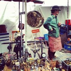 Das Foto wurde bei Flohmarkt am Mauerpark von avtoportret am 6/10/2012 aufgenommen