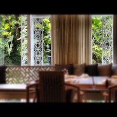 Photo taken at TABLE8 - Hotel Mulia Senayan, Jakarta by Jenny O. on 6/27/2012