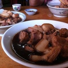 Photo taken at Restoran Hwa Mei 美华肉骨茶 by Stanley T. on 1/1/2012