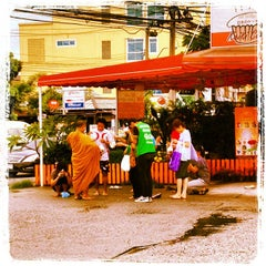 Photo taken at แยกศรีนครินทร์-ลาซาล (Srinagarindra-Lasalle	 Intersection) by Suphichet P. on 8/10/2012
