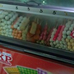 Photo taken at ลุงประชา // ลูกชิ้นทอด by Vęłνεt★Vįνα on 7/31/2011