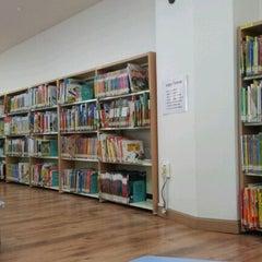 Photo taken at 해오름어린이도서관 by Steven K. on 10/8/2011